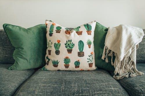 10 moyens de mettre de la couleur dans votre salon